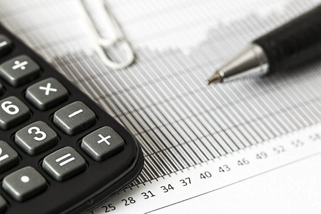 En  skuldrådgivare hjälper den som hamnat i ekonomisk knipa att sätta upp en plan för skuldsanering.